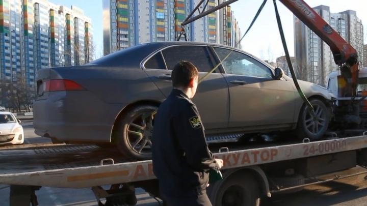 Приставы выследили по камерам должницу по кредиту и забрали ее автомобиль во дворе микрорайона «Яблони»