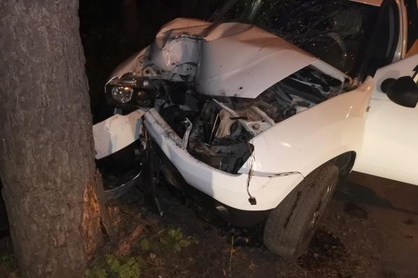 Автомобиль съехал с дороги и врезался в дерево