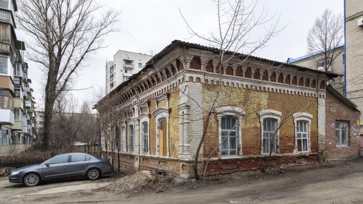 В Волгограде взяли под государственную охрану дом-памятник с разобранной крышей