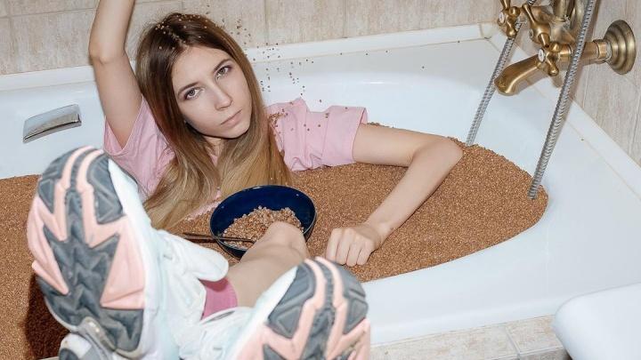 «Так я вижу людей, которые скупают ее килограммами»: екатеринбурженка устроила фотосессию в ванне гречки