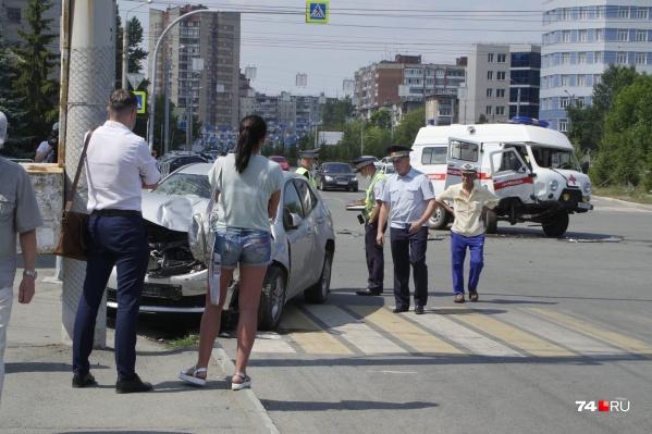 В «буханке» везли женщину на 40-й неделе беременности, но в центре Челябинска скорая столкнулась сToyota