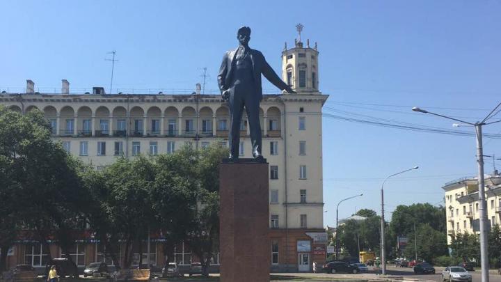 На площади Маяковского обновили простоявший полвека памятник поэту