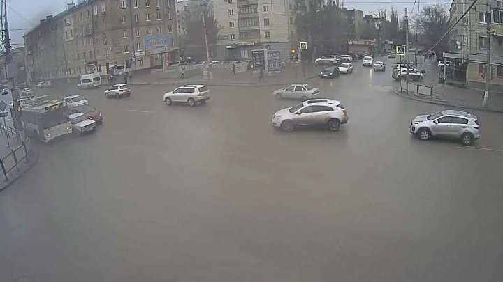 Протиснулся: в Волгограде водитель «Лады» подбил кроссовер и троллейбус