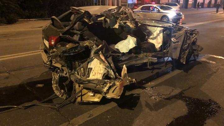 В Ростове пьяный водитель врезался в грузовик. Погибла 15-летняя девочка