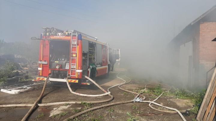 Тушение усложняла ветреная жаркая погода: в Екатеринбурге вспыхнул крупный пожар на пилораме