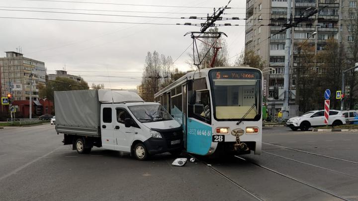 «В салоне ехали люди»: в Ярославле «Газель» впечаталась в трамвай