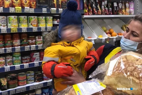 Мальчика приютили продавцы ближайшего магазина