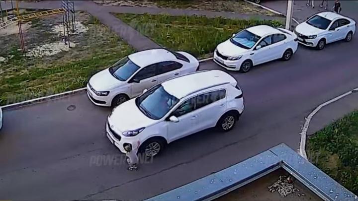 Под Волгоградом четырехлетний мальчик выбежал под колеса кроссовера: видео