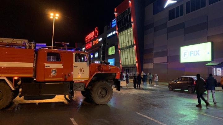 Появилось видео с пострадавшим от пожара в торговом центре Котласа
