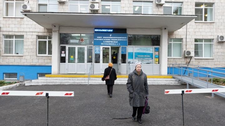 «Работает один терапевт, второй увольняется»: волгоградцы с COVID-19 неделю ждали визита врача