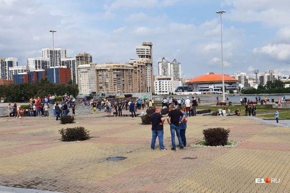 На Октябрьской площади собрались порядка 100 человек в поддержку хабаровчан