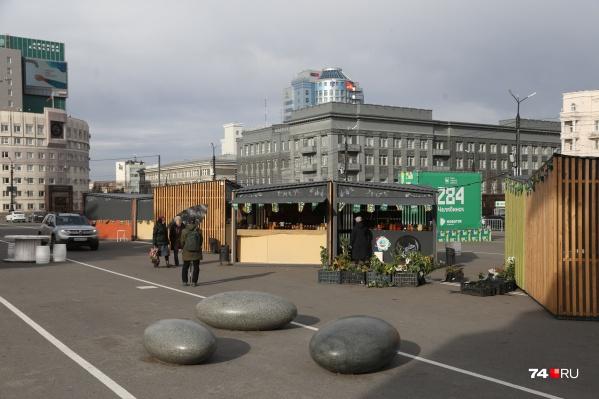 Многие киоски на ярмарке в центре города закрыты, но и работающие есть