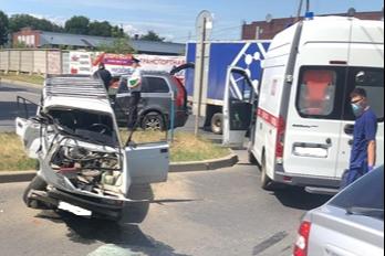 Водитель отечественной машины чудом избежал серьезных травм