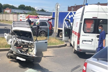 Машину вывернуло: в Самарской области столкнулись ВАЗ и Volvo