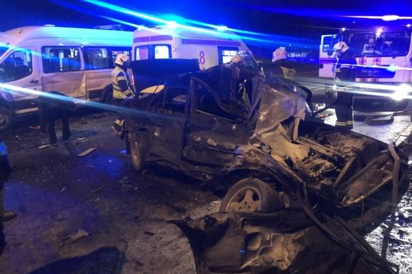 Несмотря на то что BMW весь покорежен, водителя спасатели достали без применения гидравлического инструмента