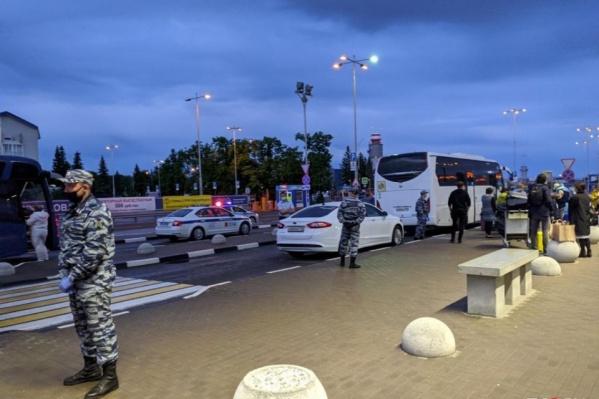 В аэропортах пассажиров вывозных рейсов встречают медики и полицейские, чтобы доставить в обсерваторы