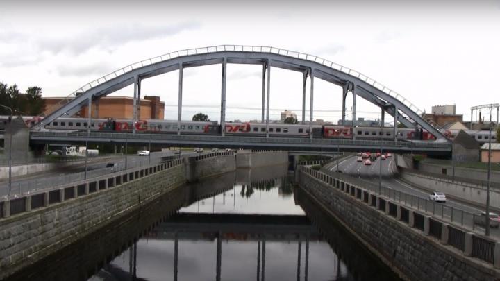 «Балансировали на опорах»: волгоградец с подругой пытались сделать селфи на Американском мосту