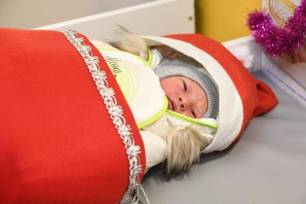 В перинатальном центре детей наряжают в новогодние костюмы
