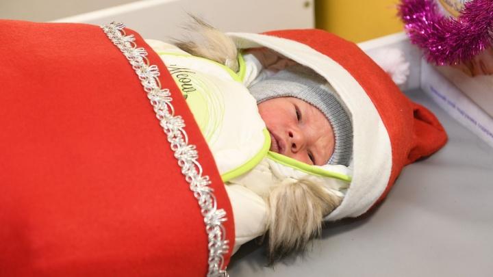 Выписка новорожденных Дедов Морозов: младенцев в Екатеринбурге начали выписывать в спецкостюмах