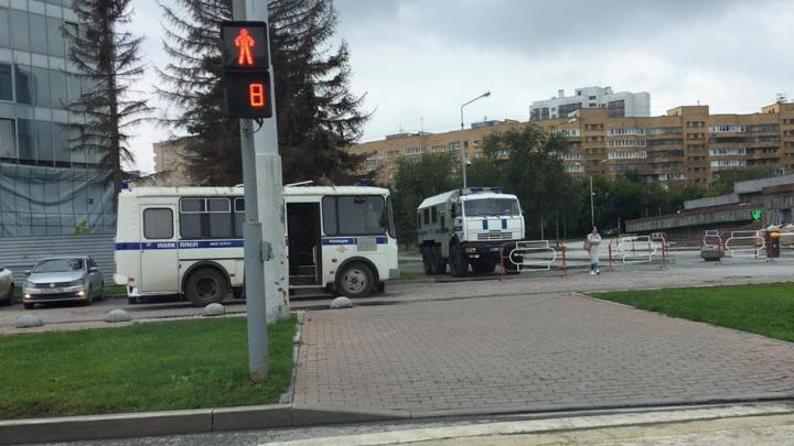 На площади у Театра драмы несколько машин ОМОНа и полиция. Там проходят одиночные пикеты
