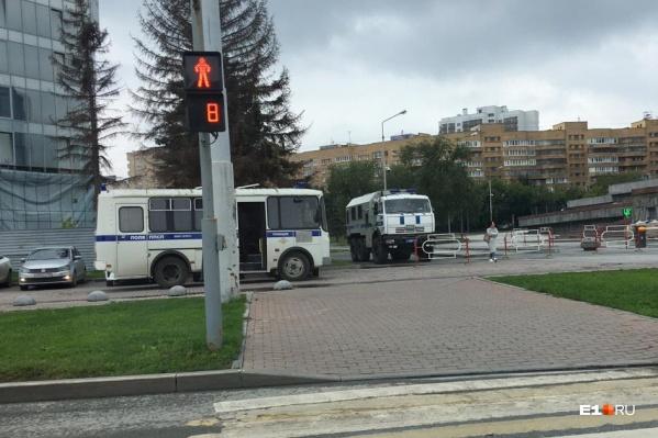 Несколько машин ОМОНа стоят у здания правительства