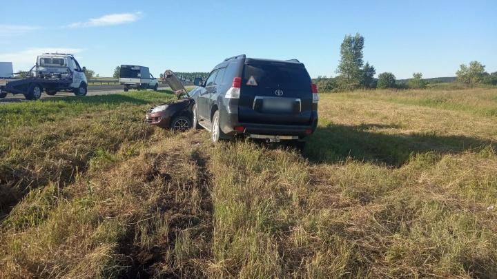 В Кузбассе внедорожник влетел в припаркованную легковушку, два человека пострадали