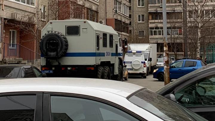 Во двор на ВИЗе приехали ОМОН и полиция. Объясняем, что происходит