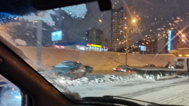 В Новосибирске рано утром седан врезался в отбойник на Ипподромской магистрали