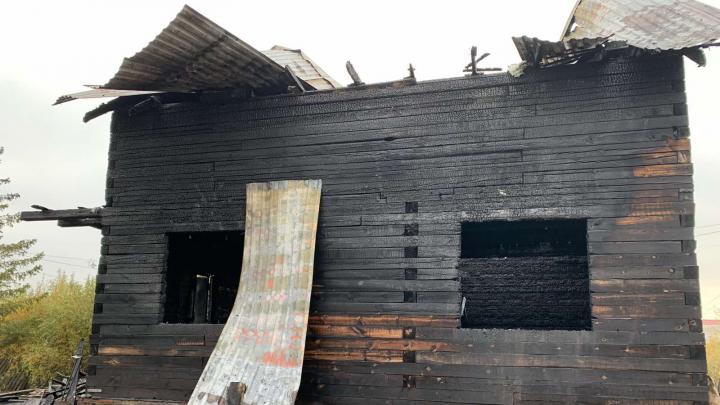 Под Тюменью ранним утром сгорел частный дом. Погиб ребенок, троих смогли спасти