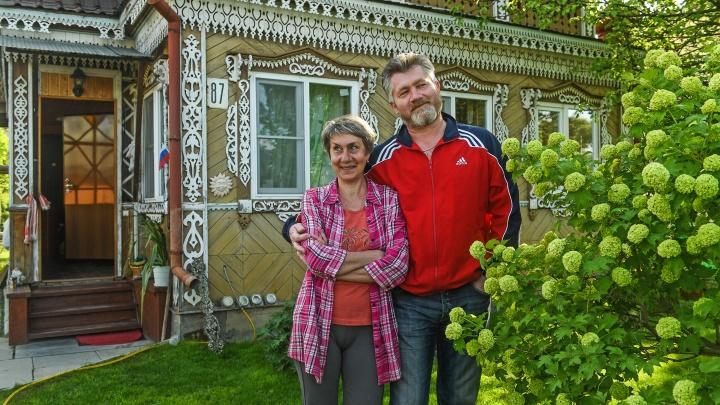 Садовый домик на Чусовском тракте стал местной достопримечательностью. А какой там газон!