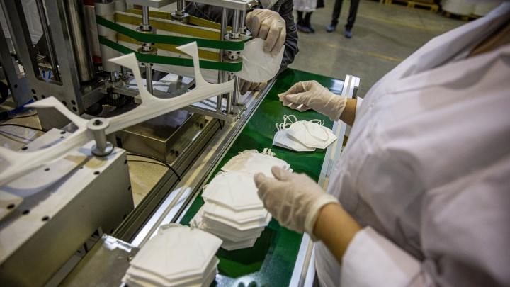 В Новосибирске начали делать тканевые маски с частицами серебра — 13 снимков с производства