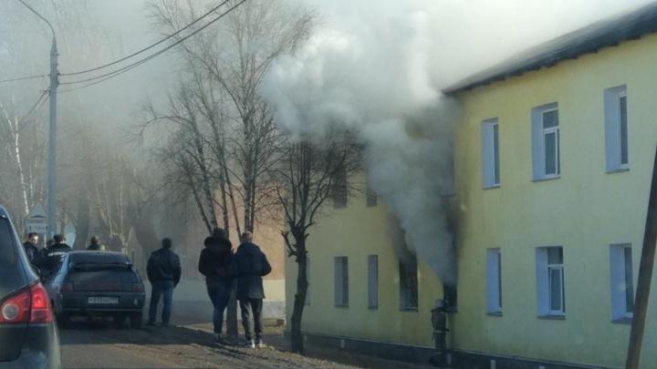 «Ловили детей со второго этажа»: в Переславле в жилом доме загорелась квартира