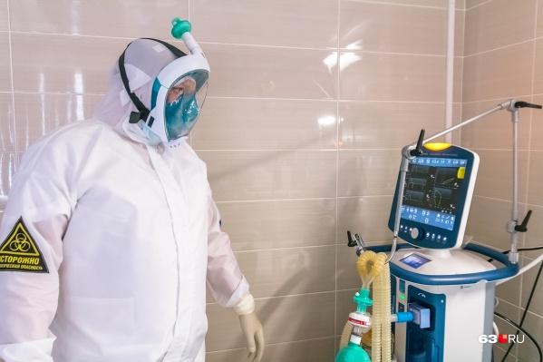 В таких костюмах врачи работают с больными коронавирусом