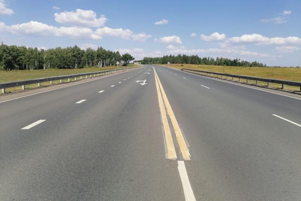 Яркие полосы выделяются на дорожном полотне