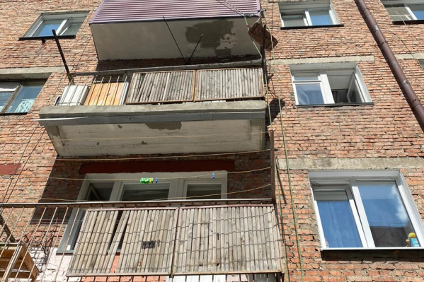 Мужчина работал между 3-м и 4-м этажом