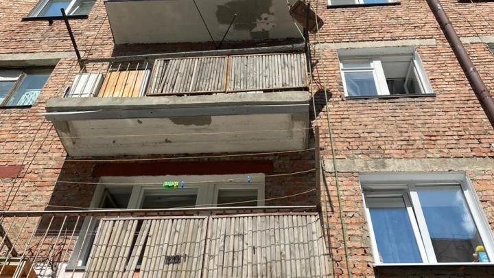 Новосибирец ремонтировал балкон и сорвался с высоты третьего этажа