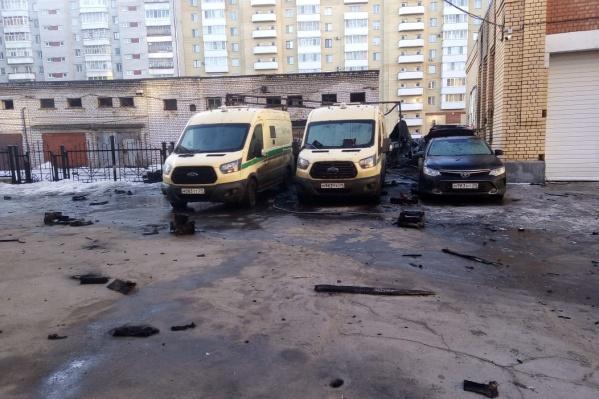 Пожар начался с грузовой «Газели» и перекинулся на три рядом стоящие машины