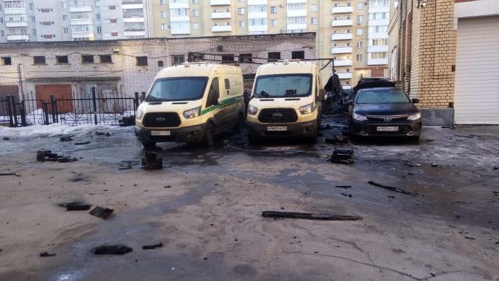 В Архангельске горели четыре автомобиля, в том числе инкассаторские. Один человек пострадал