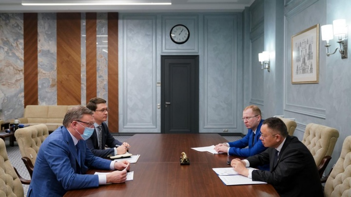 Губернатор обсудил с министром строительства России жилищные проблемы Омска