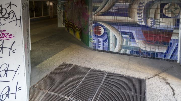 «Страшное место. Даже спускаться не хочется»: в центре Волгограда уничтожают мозаику знаменитых архитекторов