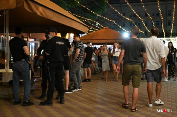 Центральный рынок по вечерам притягивает толпы молодежи, охотников за чужими деньгами и полицию