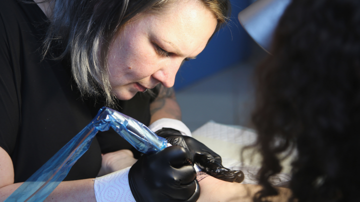 Татуировщица из Уфы превращает шрамы в произведение искусства