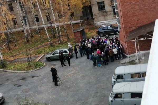 Прямо сейчас у стен больницы собрались родные беременных и медики, узнавшие о перепрофилировании роддома лишь накануне