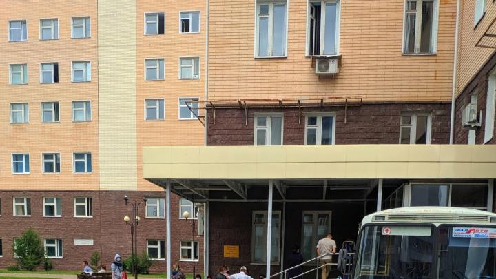 Перед входом в РКБ в Уфе столпились пациенты: «Никакой социальной дистанцией здесь и не пахнет»