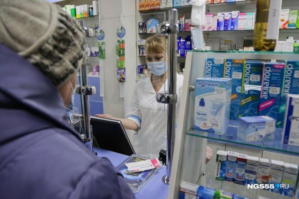 Омичи жалуются на дефицит антибиотиков и противовирусных препаратов и скупают их при первой возможности