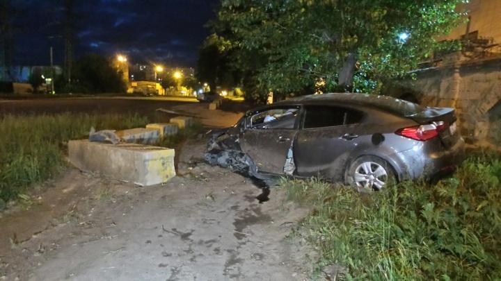 «Колесо полностью зашло в салон»: на Эльмаше KIA протаранила бетонные блоки на тротуаре