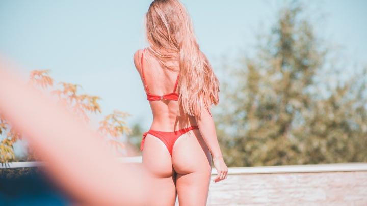 Смотрим, как загорают самые красивые девушки Новосибирска — 20 горячих снимков