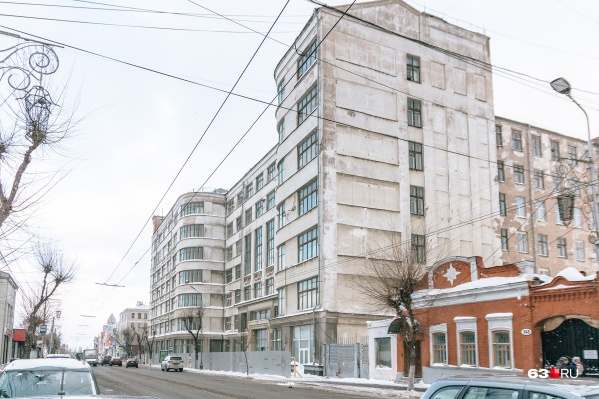 """Дом промышленности построили в 1936 году из камней, оставшихся от <a href=""""https://63.ru/text/culture/54256331/"""" target=""""_blank"""" class=""""_"""">разрушенного Кафедрального собора</a>"""