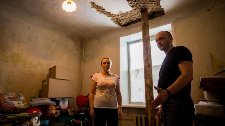Сибирякам с ребёнком-инвалидом отказали в быстром расселении из аварийного дома. Они решили судиться с мэрией