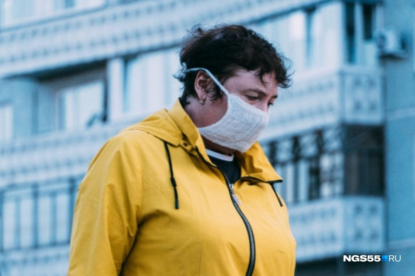 По легенде, мошенники предлагают омичам примерить маски, из-за которых люди «отключаются»